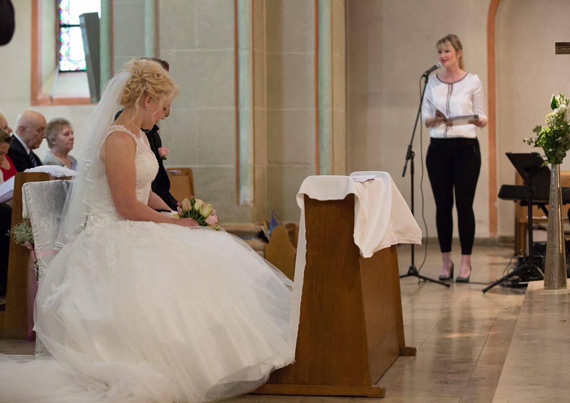 Hochzeitssängerin bei der kirchlichen Trauung